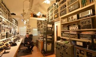 Az a kép megvan, ahol egy házat rádióval pakoltak tele?